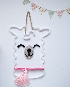 Le lama-licorne en tricotin Parfait pour décorer de façon ludique la chambre de vos touts-petits ou encore leur salle de jeu. Fait de laine tricotée à la main et montée sur un fil métallique façonné et travaillé avec minutie. DIMENSION Environ 18 pouces de hauteur par 10 pouces de largeur Easy Arts And Crafts, Crafts To Make, Fun Crafts, Origami Diamond, Spool Knitting, Fabric Yarn, Crochet Patterns For Beginners, Wire Crafts, Wire Art