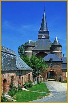 Photo de la porte et de l'église fortifiée Saint-Médard de Parfondeval construite au XVIe siècle en briques rouges coiffées d'ardoise, un édifice classé aux Monuments Historiques depuis 1995. Photos de Parfondeval, Yves Noto Campanella photographe.