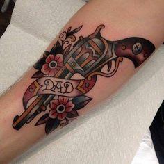 Revolver Tattoo mit Blumen