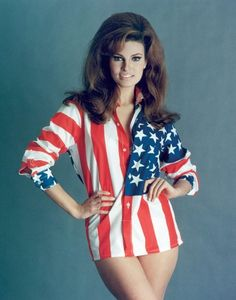 Raquel Welch defined big screen glamour in the Sixties and Seventies. There are many screen sirens out there, but few happen to be Raquel Welch. Rachel Welch, Vintage Hollywood, Classic Hollywood, Surfer Girl Style, Rose Mcgowan, Celebrity Babies, Alyssa Milano, Fifth Harmony, Big Hair