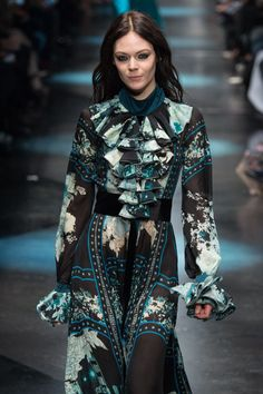 Imagen de http://imworld.aufeminin.com/story/20150303/roberto-cavalli-milano-fashion-week-autunno-inverno-2015-2016-607474_w650.jpg.