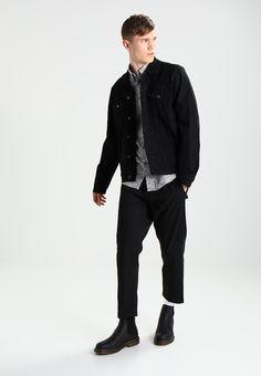 ¡Consigue este tipo de chaqueta vaquera de 12 Midnight ahora! Haz clic para ver los detalles. Envíos gratis a toda España. 12 Midnight Chaqueta vaquera black: 12 Midnight Chaqueta vaquera black Ropa     Material exterior: 100% algodón   Ropa ¡Haz tu pedido   y disfruta de gastos de enví-o gratuitos! (chaqueta vaquera, vaquera, denim, jeansjacke, chaqueta denim, veste en jean, giacca in jeans)