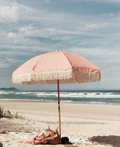 Parasol rose sur la plage / Pink parasol on the beach Summer Vibes, Summer Feeling, Beach Aesthetic, Summer Aesthetic, Travel Aesthetic, Pink Aesthetic, Photography Beach, Swimming Photography, Photography Ideas