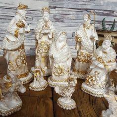 Então é Natal!!! Presépio é a representação do Nascimento de Jesus Cristo Tradição montar ele em nossa Casa! Presépio em pérolas e Strass com detalhes lindíssimo provencais Presépio com 10 peças disponível no site por 220,00 WWW.FEITAMAO.COM.BR