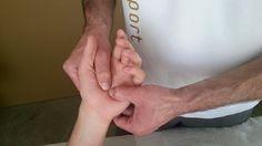 Handmassage  Eine Handmassage regt die Durchblutung an und schafft Wohlbefinden und Entspannung.