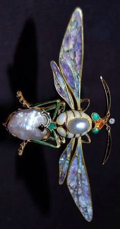 Jewelled insect from the Boston Museum of Fine Arts, 2008 exhibition at the Torf Gallery 'Imperishable Beauty: Art Nouveau Jewelry' Bee Jewelry, Insect Jewelry, Emerald Jewelry, Animal Jewelry, Sea Glass Jewelry, Jewelry Art, Vintage Jewelry, Fashion Jewelry, Emerald Rings