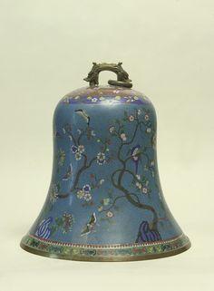 Dinastía Qing (1775-1825). Campana de cobre esmaltada decorada con motivos vegetales y animales y asa en forma de dragón arqueado y rematado en dos cabezas. Se encuentra en el Salón Chaflán