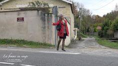 Auto-stoppeuse. Femme faisant de l'auto-stop sur une route de campagne.