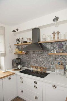 ściana z okapem w kuchni,jak udekorować ścianę z okapem,marokańskie płytki na ścianę,czarny okap,półki z okapem,drewniane półki w kuchni,prostokątna ceramiczna płyta w kuchni,białe blaty ze staronu w kuchni,szklane słoje w kuchni,białe latarenki,jak urzadzić ścianę z okapem w kuchni,pomysł na scianę z okapem w kuchni,okap z półkami w kuchni,szare płytki marokańskie do kuchni,szklane lampiony,pudełka ozdobne z ocynku,lawenda w doniczce,dekoracje do białej kuchni,rustykalne dekoracje w… Kitchen Interior, Kitchen Decor, My House, Kitchen Cabinets, Dining Room, The Originals, Inspiration, Design, Home Decor