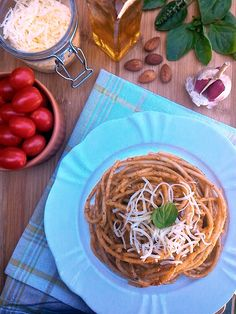 Pesto alla trapanese (com manjericão, amêndoas, tomatinhos e parmesão)