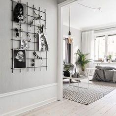 Interieur idee: een draadstalen kaartenrek alleen geschikt voor een kantoorruimte? Echt niet! Deze zwarte variant staat overal stoer en stijlvol, zéker in een klassieke Scandinavische woonkamer. // via @scandinavianhomes