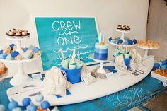 Different shades of blue, and a surf board! / Varios tonos de azul, ¡y una tabla de surf!
