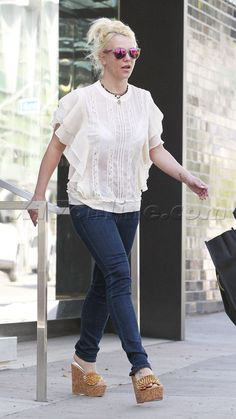 Britney Spears  no make eup sunglasses jeans wedges gregory's bad skin acne