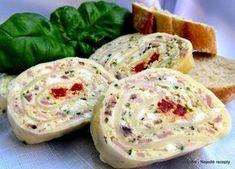 Sýrová roláda Základ 250 - 300 g plátků tvrdého sýra (Ementál, Madeland, Eidam...) nakládaná kapie nebo kukuřice, olivy... (nemu...