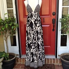 """F21 Maxi Dress Black and white print,  NWT, bust is 28"""" with lots of stretch (elastic) length is 47"""", straps are adjustable Forever 21 Dresses Maxi"""