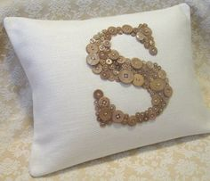 I am LOVING Button art.I have oodles of buttons on the way! Monogram Pillows, Personalized Pillows, Diy Pillows, Custom Pillows, Throw Pillows, Button Art, Button Crafts, Craft Projects, Sewing Projects