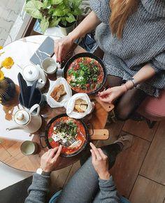 Niektóre potrawy poznaję zdecydowanie za późno... Szakszuka, czyli jajka gotowane w sosie pomidorowym z przyprawami i dodatkami, to pyszna i bardzo uniwersalna potrawa, która będzie idealna w roli śniadania, ale również lunchu czy kolacji. Znacie? Lubicie? 🍳🍅#goodmorning #morning #szakszuka #food #foodphotography #poznan #alekosmos #shakshuka #breakfastideas #restaurant #lunch #girls #positive #spring #springiscoming #blog #blogger #tea #vscocam #foodlover #healthy #yummy #simplicity