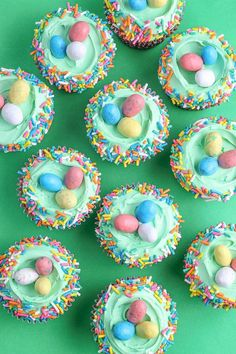EASTER CUPCAKE IDEAS [WITH SPRINKLE TOPPERS] Here are some fun, and EASY cupcake decorating ideas. From carrot cupcakes, Easter egg cupcakes, and the trusty ruffle top sprinkle cupcakes we'll have you ready to serve gorgeous Easter cupcakes in no time! Easter Deserts, Easy Easter Desserts, Easter Snacks, Kid Desserts, Easter Treats, Easter Recipes, Holiday Desserts, Easter Brunch, Easter Food