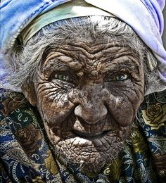 ¡ no desconfíes ! I have no idea what this says, but her skin is as weathered as old leather, life has not been easy, I just thought she was fascinating. Old Faces, Many Faces, We Are The World, People Around The World, Wise Women, Old Women, Cultures Du Monde, Face Wrinkles, Baba Yaga