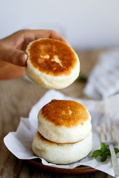 Pan-fried Chinese Buns Pan-fried Chinese style buns with sweet red bean paste filling. Asian Desserts, Asian Recipes, Chinese Desserts, Easy Japanese Recipes, Turkish Recipes, Healthy Desserts, Japanese Food, Chinese Bun, Chinese Food
