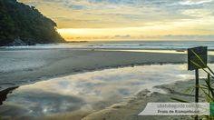 Reflexos do céu no rio ao extremo esquerdo da Praia de Itamambuca