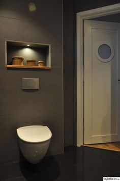 nisch,hylla,punktbelysning,toalett,badrumsdörr,klinker