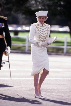 Princesa Diana durante a parada da academia real militar britânica em Sandhurst, Berkshire, em 1987, na Inglaterra. Inspirada pelo tema do evento, ela usou look militar-chic assinado por Catherine Walker com um chapéu desenhado por Graham Smith