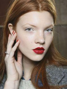 Delineador de cor branca e batom vermelho para arrematar o look #hair #hairstyle #penteado #makeup #maquiagem #backstage #fashion #moda #runway #model #itgirl