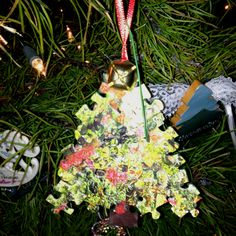 Puzzle Christmas ornament. Awesome craft for the Christmas season.