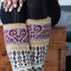 Take notice, do not knit from a colored pattern when in a small winter cottage with 7 people and 3 dogs with almost no lights. Nothing turns out right! 🙈There should be a different yellow and grey welt and there should also be more red parts then grey parts. Can we call it adjustments instead of mistakes? 😂 Notera, sticka aldrig mönsterstickning när du är i en liten fjällstuga med 7 personer och 3 hundar och knappt någon belysning. Inget blir rätt! 🙈 det ska vara en annan gul och grå…