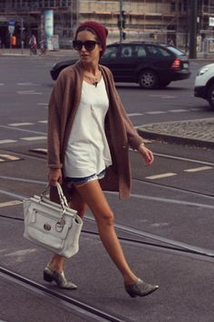Wearing TopShop coat and tee, Levi's shorts, Office booties , Dolce sunnies and Coach handbag. Tomboy Chic, Casual Chic, Autumn Winter Fashion, Spring Fashion, Fashion Pants, Fashion Outfits, Fashion Fashion, Looks Style, My Style