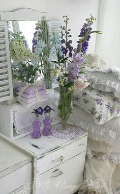 LOVE the flower arrangement =gladiolus and stock ♥