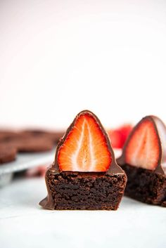 Brownie bites are topped with a big chocolate covered strawberries! These impressive individual desserts look just as good as they taste! #ChocolateCoveredStrawberries #Strawberry #Chocolate #Brownies #BrownieRecipe #BrownieBites #ChocolateDesserts Strawberry Brownies, Mint Brownies, Chocolate Covered Strawberries, Strawberry Recipes, Fruit Recipes, Yummy Recipes, Big Chocolate, Chocolate Wafers, Chocolate Brownies