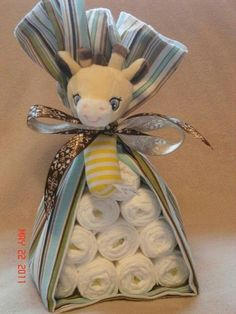Baby Shower Gifts diaper 'animal' – 10 diapers, receiving blanket and adorable rattle. Regalo Baby Shower, Baby Shower Crafts, Baby Shower Diapers, Baby Crafts, Baby Shower Parties, Baby Shower Themes, Baby Boy Shower, Baby Shower Decorations, Baby Showers