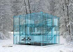 Firmada por el arquitecto italiano Carl Santambrogio, el diseño de esta casa prima sobre la intimidad en este proyecto pensado para disfrutar de la naturaleza. Realizada en su totalidad con cristal, la casa dispone de tres habitaciones y cuesta en torno al medio millón de euros.