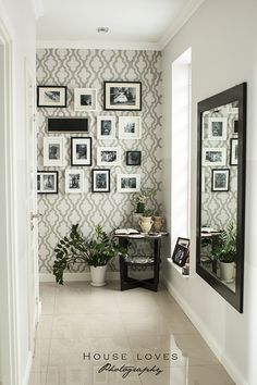 Love how this wallpaper accents the gallery wall in this hallway #wallpaper