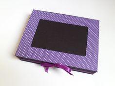 Álbum fotográfico Bolinhas Roxo.  Feito em papel paraná com revestimento em tecido e fecho com fita de cetim.