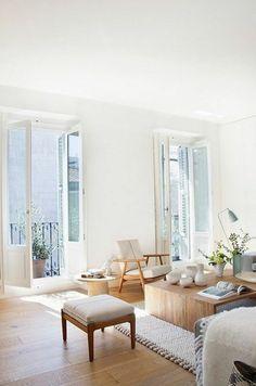 vaste appartement mur en peinture lin, meubles en bois dans le salon, table basse en bois clair Living Room Grey, Living Room Furniture, Living Room Decor, Modern Furniture, Living Rooms, Cozy Living, Bedroom Decor, Outdoor Furniture, Minimalist Living