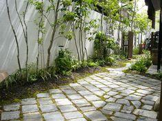 お庭の中の風景 Brick Garden, Garden Paving, Garden Paths, Landscaping With Rocks, Modern Landscaping, Backyard Landscaping, Landscape Design, Garden Design, Narrow Garden