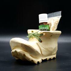 In liebevoller Handarbeit geschnitzter Zirben Holz Schuh, mit Zirbenspäne die Sie mit dem beigefügten echten ätherischen Zirbenöl beträufeln können. Auf diese Art wird das wohltuende Öl aufgetragen, um eine angenehme Raumluft zu erzeugen. Weiters wird der Zirben Schuh bereits in einer hübschen Geschenkverpackung zu Ihnen geliefert. Eine ausgefallene Geschenkidee mit dem der Beschenkte sicherlich lange eine Freude und Erinnerung haben wird. Stuffed Mushrooms, Vegetables, Food, Furniture, Glamour, Wrapping Gifts, Wooden Clogs, Wood Carvings, Glee