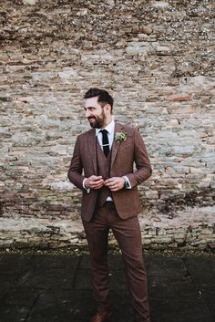 Groom wear a three piece brown tweed suit. Photography by Frankee Victoria