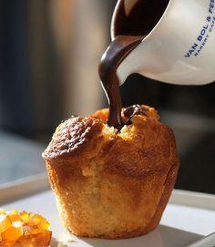 ....chocolate con leche fundido a bano maria mezclado con un poco de crema o sea un ganache,se hace un hoyo en medio del pan y se rellena......