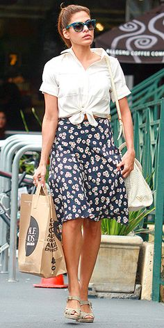 Eva Mendes comes over all retro in knotted shirt and floral skirt Spring Summer Fashion, Autumn Fashion, Spring Style, Divas, Eva Mendes, Inspiration Mode, Fashion Inspiration, Vogue, Retro Chic