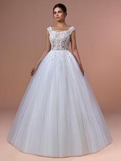 Romantisches Brautkleid mit Spitzenapplikationen auf dem Oberteil und tiefem Rückenausschnitt. Couture, Formal Dresses, Wedding Dresses, Ball Gowns, Fashion, Tops, Gowns, Dresses For Formal, Bride Dresses