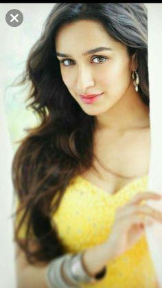 kapoor The innocent girl Bollywood Heroine, Beautiful Bollywood Actress, Most Beautiful Indian Actress, Bollywood Makeup, Prettiest Actresses, Beautiful Actresses, Bollywood Girls, Indian Bollywood, Indian Actress Hot Pics