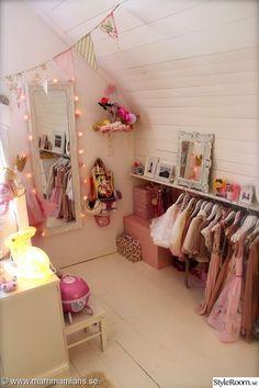 barnrum,spegel,tavellist,ljusslinga,väskor