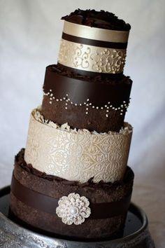 wedding cake idées mariage ivoire chocolat appliqués volutes / Planche d'inspiration mademoiselle cereza blog mariage