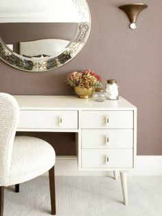 Beautiful vanity dressing table with lights - Because your beauty matters – Mira Design Interiors Dressing Table Paint, Dressing Table Lights, Dressing Table With Drawers, Vintage Dressing Tables, Modern Dressing Table Designs, Mid Century Modern Vanity, Modern Vanity Table, Room Of One's Own, Vintage Industrial Decor