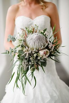 The bridal bouquets of love - We have made a selection of bridal bouquets, of different styles, more classic, bohemian or boho, so you can find the perfect bouquets for your weddin. Protea Wedding, Boho Wedding, Floral Wedding, Bride Bouquets, Bridesmaid Bouquet, Protea Bouquet, Protea Flower, Estilo Tropical, Rustic Bouquet