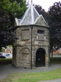 Situated opposite the old Abbey cinema building and near the Wavertree clock-tower, this funny little round house on the village green was an overnight lock-up kept busy with drunks from the numerous hostelries nearby. Liverpool Town, Liverpool History, St Clare's, National Rail, Lock Up, Round House, Historical Pictures, British History, The Good Place